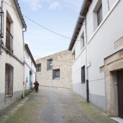 Rue principale accès - Peraleda-House par Losada García - Peraleda de la Mata, Espagne