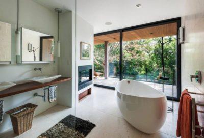 Salle de bains & grande baie coulissante - Cunius Residence par Paul Macht - Etats-Unis