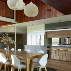 Salle séjour & îlot central de cuisine - Home-Overlooks par Shaun Lockyer Architects - Queensland, Australie