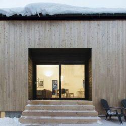 perron bois & porte vitrée  entrée - Villa-Boreale par Cargo Architecture - Charlevoix, Quebec