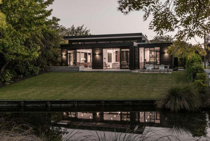 Façade jardin & mini cours d'eau - Bradnor-Road par Cymon Allfrey Architects - Fendalton, Nouvelle-Zelande