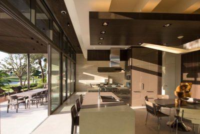 Pièce de vie rez de chaussée & baie vitrée coulissante - Ballantrae Court par Kz Architecture - Floride, USA