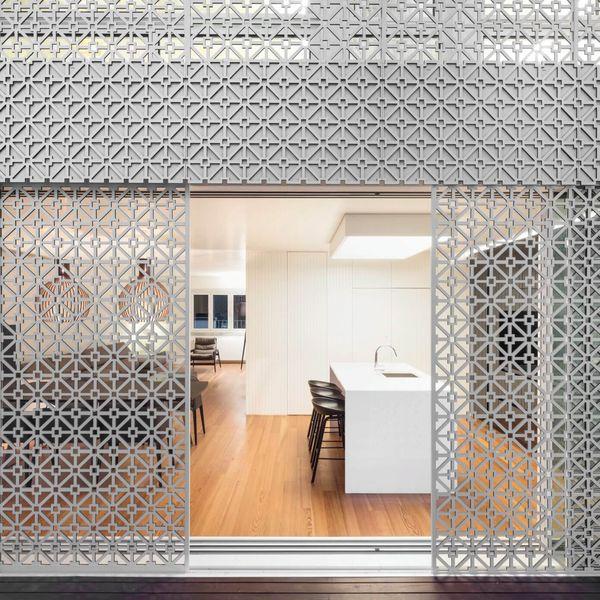Façade grille coulissante - Restelo-House par Joao Tiago Aguiar - Lisbonne, Portugal