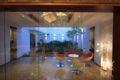 Mini séjour & jardin intérieur - Royal-Splendour-House par Ansari And Associates - Ayyampet, Inde