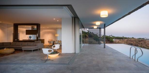Spectaculaire maison pierre contemporaine flanc de for Maison sur colline