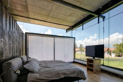 chambre-principale-ecran-tv-rdp-house-par-daniel-moreno-flores-pichincha-equateur
