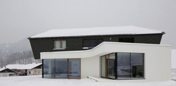 Maison contemporaine en t combinant bois et b ton en - Maison bois et beton ...