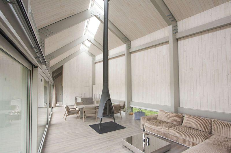 piece-de-vie-grande-baie-vitree-dune-house-par-archispektras-lettonie