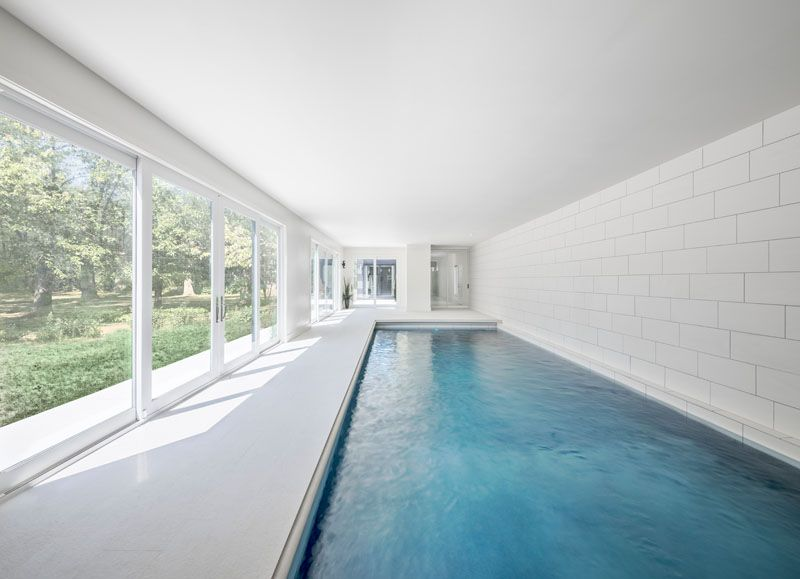 piscine-interieure-grande-baie-vitree-bower-house-par-kariouk-associates-lac-erie-canada