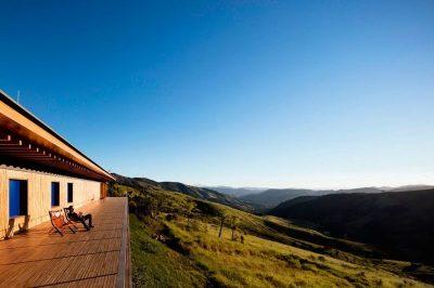 terrasse-balcon-en-bois-vue-panoramique-paysage-catucaba-house-par-mk27-studio-catucaba-bresil