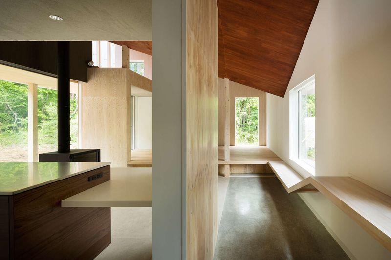 gauche-cuisine-cheminee-droite-couloir-shed-roof-house-par-hiroki-tominaga-yamanashi-japon